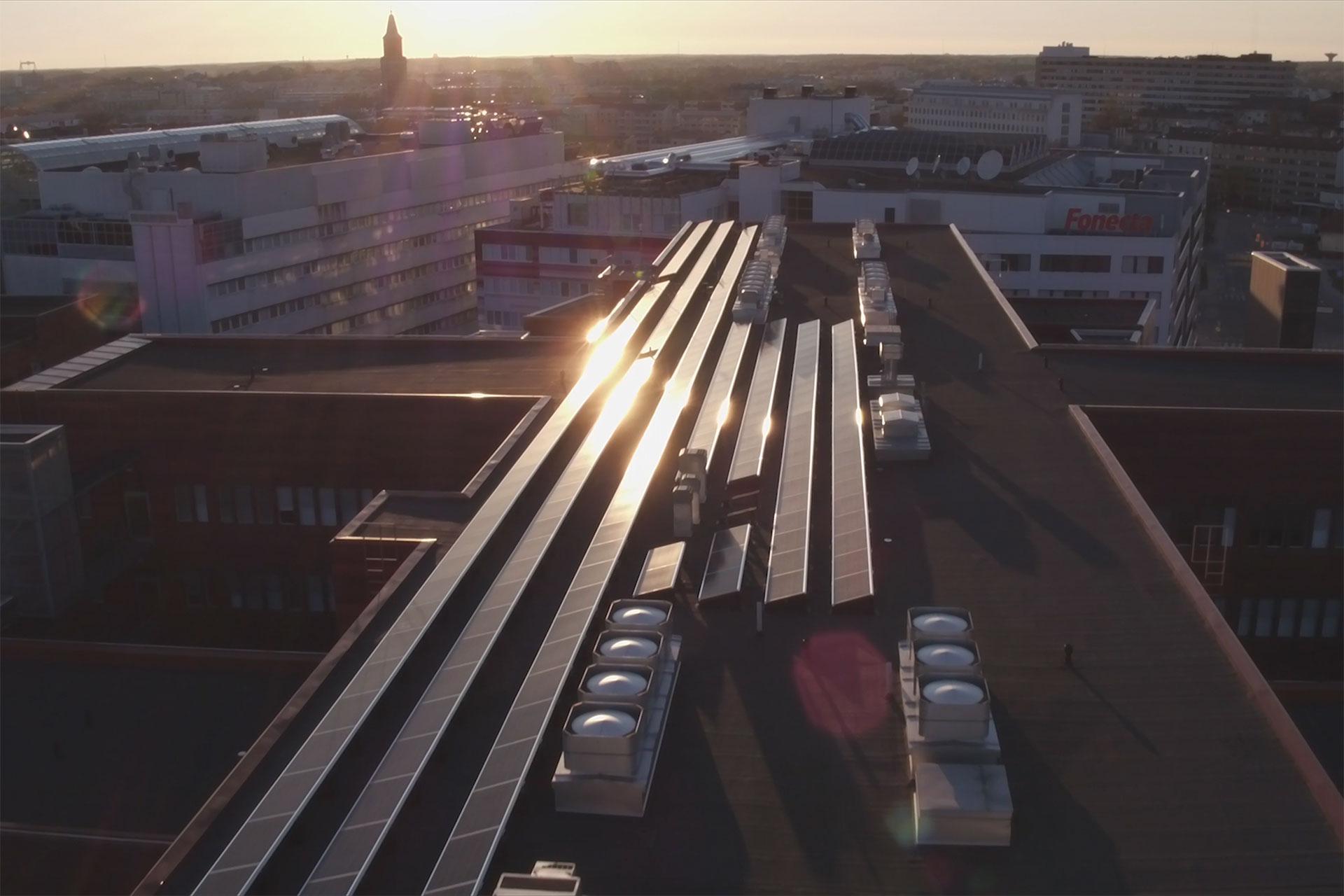 Ilmakuva aurinkopaneeleista Kupittaan aurinkovoimalan katolla.