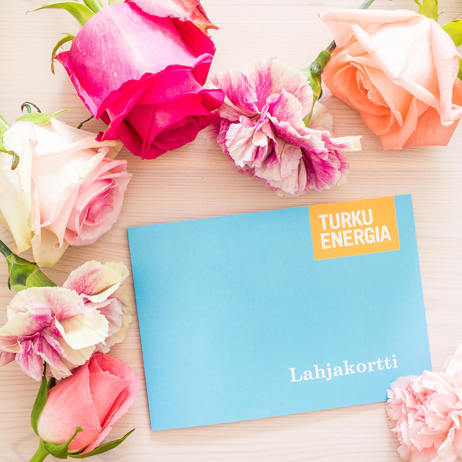 Turku Energian lahjakortti kukkien keskellä.