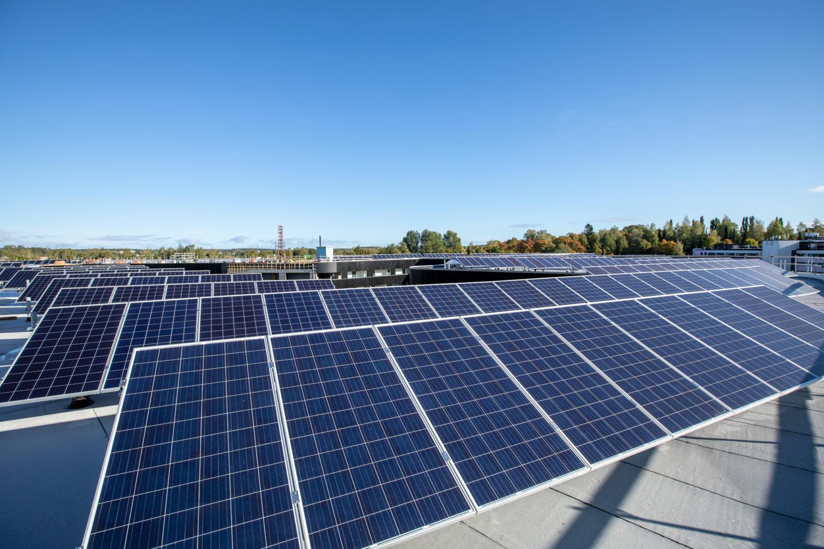 Aurinkopaneelit Aitiopaikan katolla TYS.