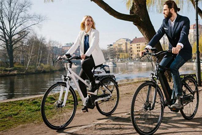 Nainen ja mies pyörällä.