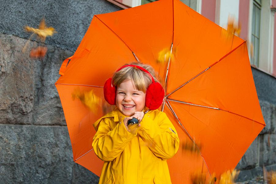 Loun Lähi, pikkutyttö sateenvarjon kanssa.