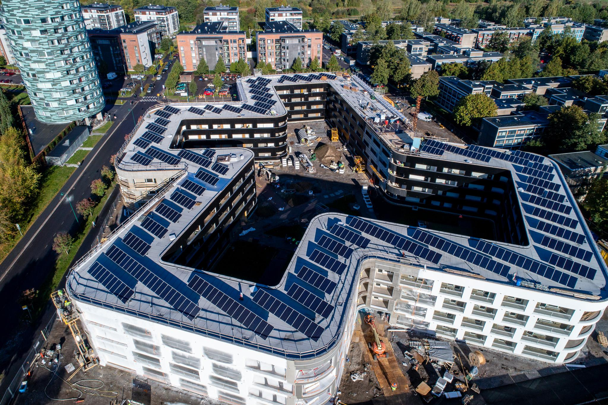 Ilmakuva aurinkopaneeleista Aitiopaikan katolla.