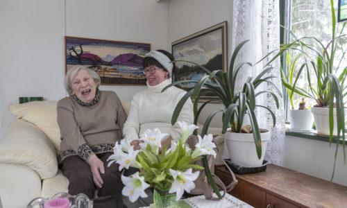 Ystävätoiminta, jossa Marja-Leena Blomqvist ystävänä ja Annikki Miettunen asiakkaana.