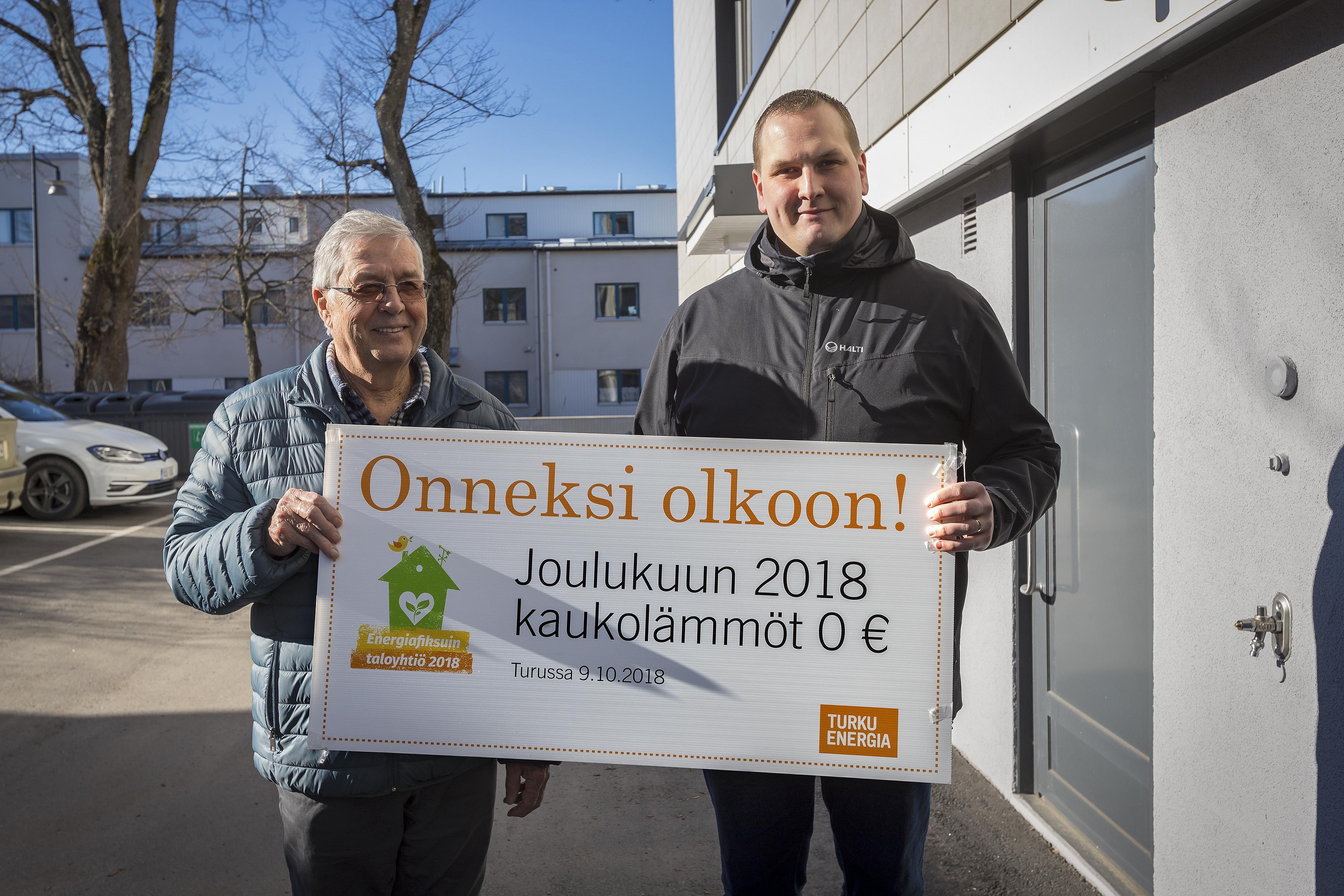 """Energiafiksuin taloyhtiö sai palkinnoksi shekin, jossa lukee: """"Onneksi olkoon! Joulukuun 2018 kaukolämmöt 0 €""""."""