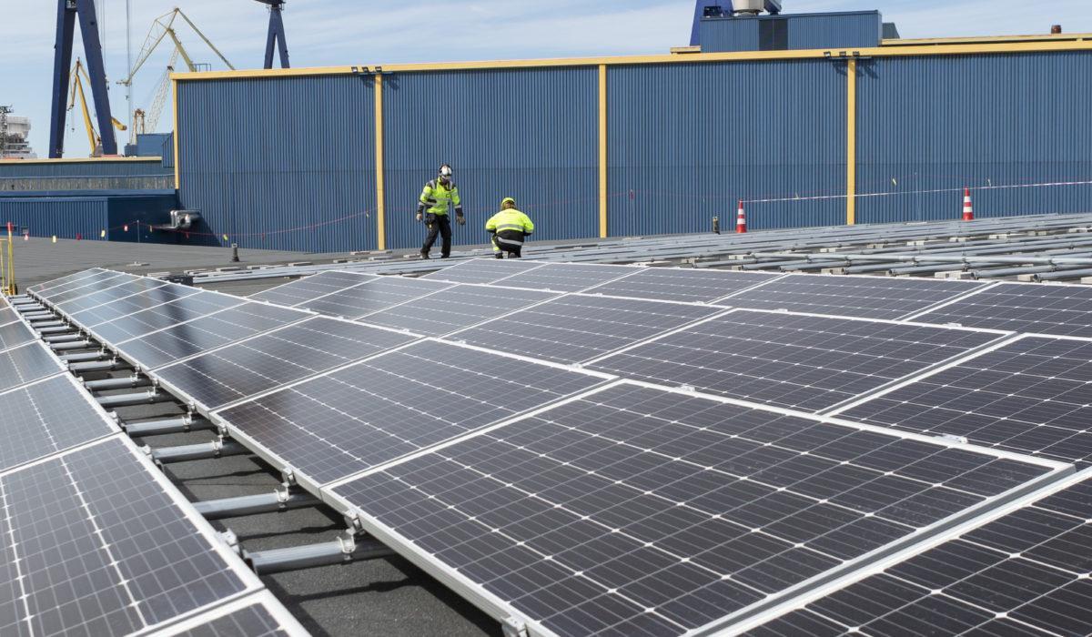 Aurinkopaneelien asennusta.