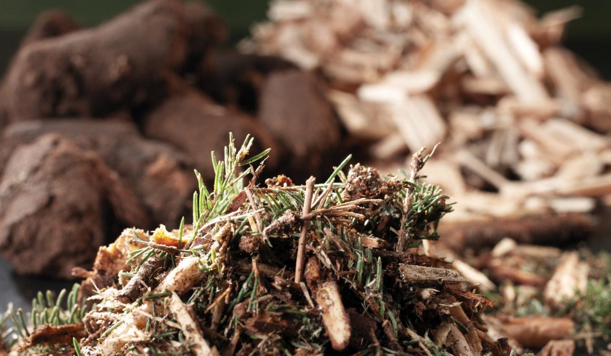 Hakkuutähteitä ja sahateollisuudessa ja metsänhoidossa syntyviä sivutuotteita.