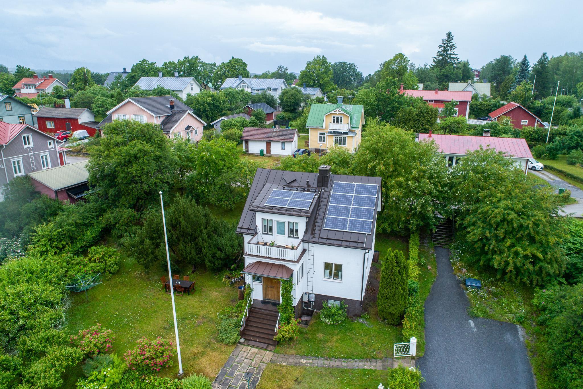 Ilmakuva aurinkopaneeleista omakotitaloon asennettuna.
