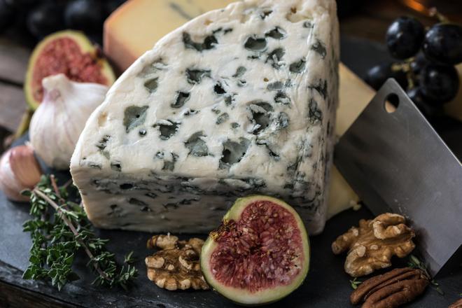 Homejuusto, jonka ympärillä lisää juustoa ja ruokaa.