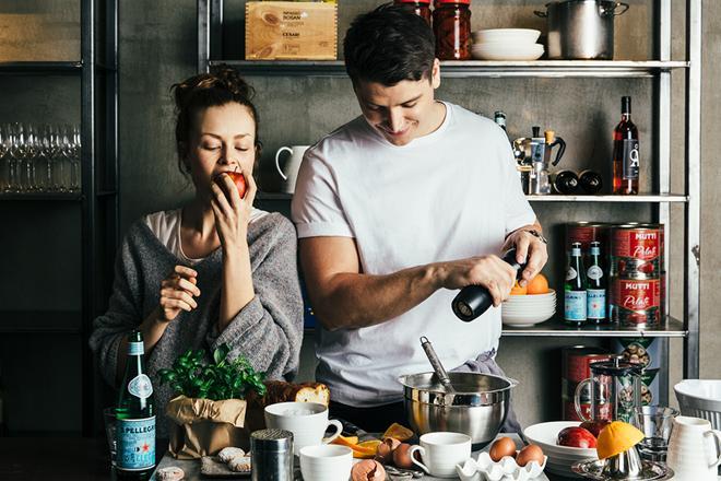 Nainen ja mies laittamassa ruokaa yhdessä.