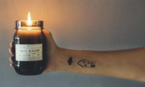 Sähkökatko kynttilän valossa.