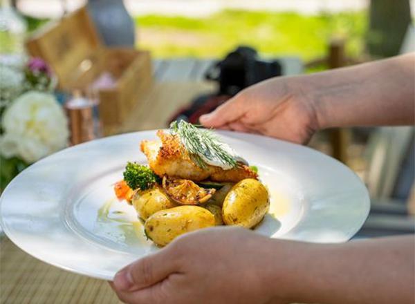 Lounasruoka lautasella.