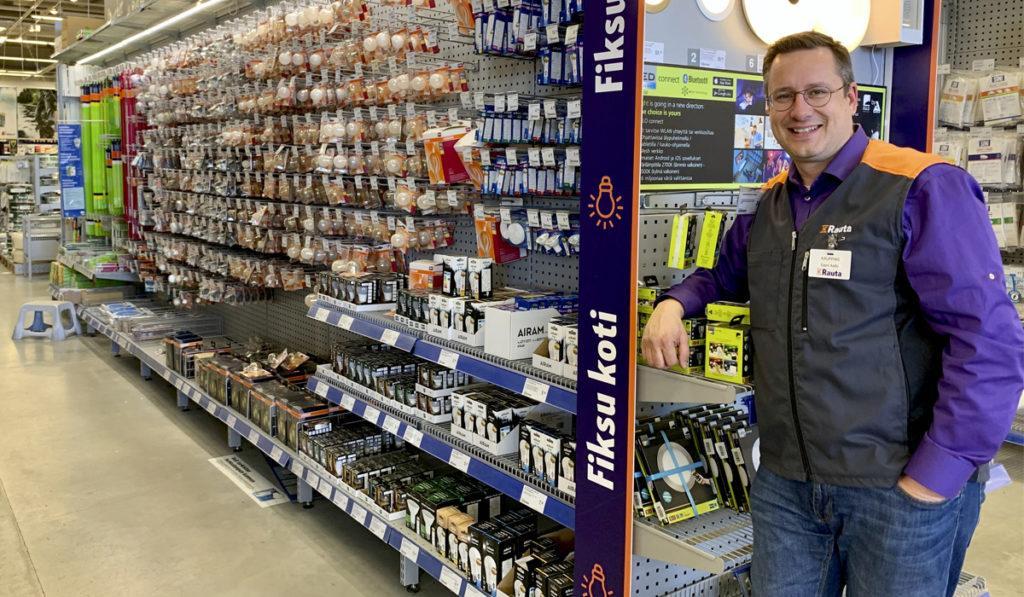 K-raudan kauppias esittelee sisä- ja ulkovalaisimia.