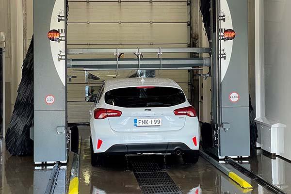Valkoinen auto Harkka-Yhtiöiden pesulinjalla