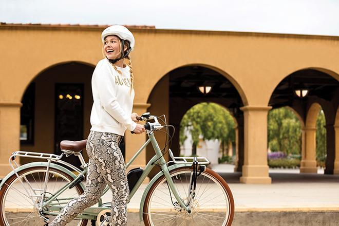 Nainen pyöräilee.