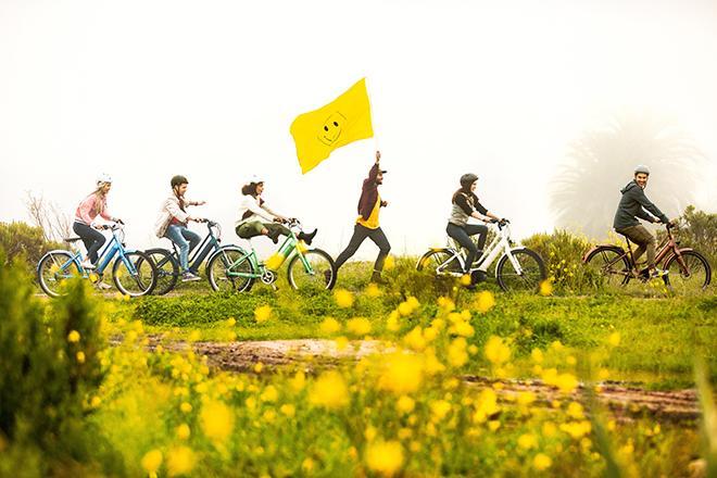 Pyöräilijäryhmä jonossa maantiellä.