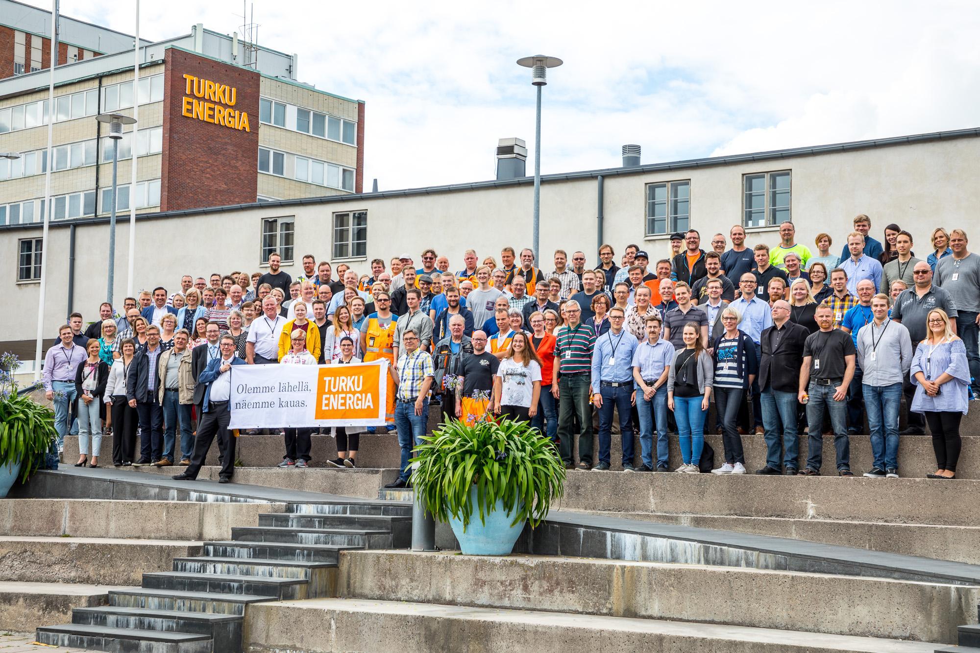 Aukion portailla seisoo suuri joukko Turku Energian henkilökuntaa ryhmäkuvassa.