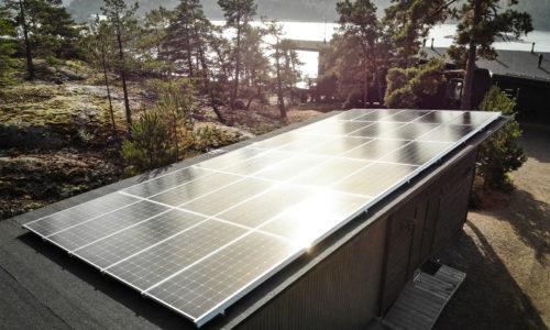 Turku Energian asennuttamat aurinkopaneelit kotikatolla.