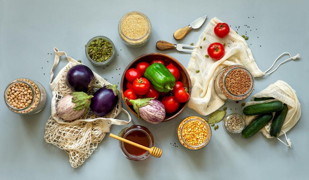 Värikkäitä vihanneksia ja siemeniä.