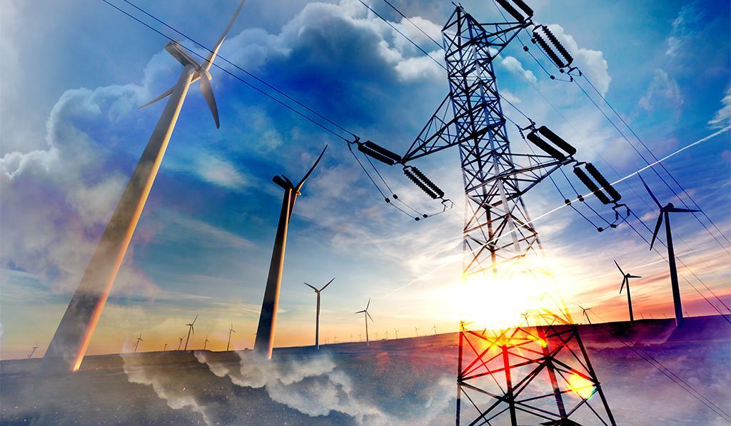 Tuulivoimaloita, sähkölinja, pilviä ja auringonvaloa muokatussa kaksoisvalotuskuvassa.