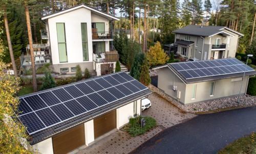 Aurinkopaneeleja talojen katolla.