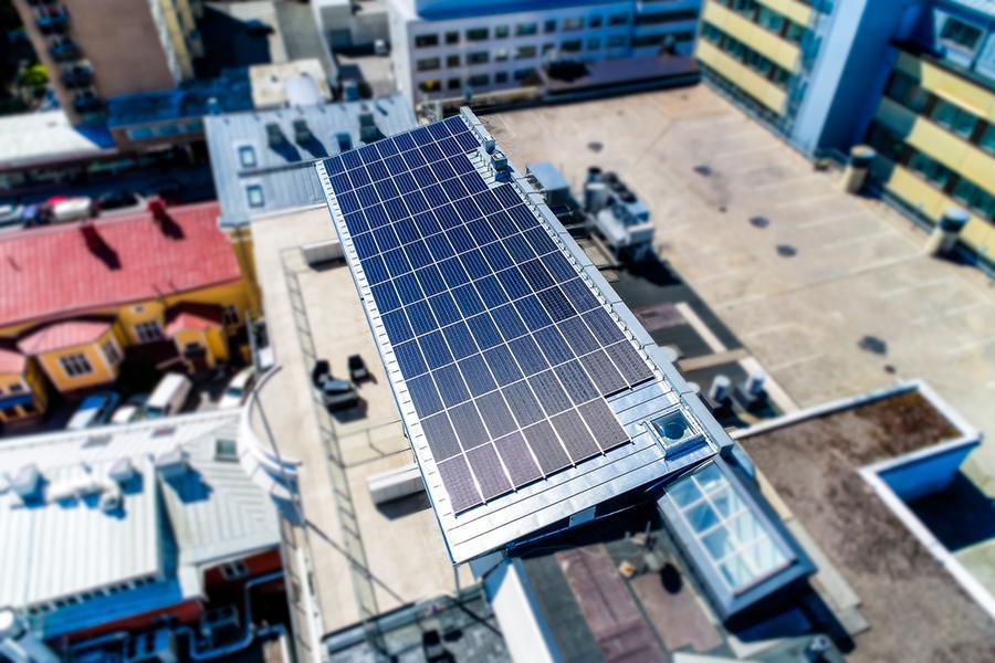Aurinkopaneelit Casagranden talon katolla.
