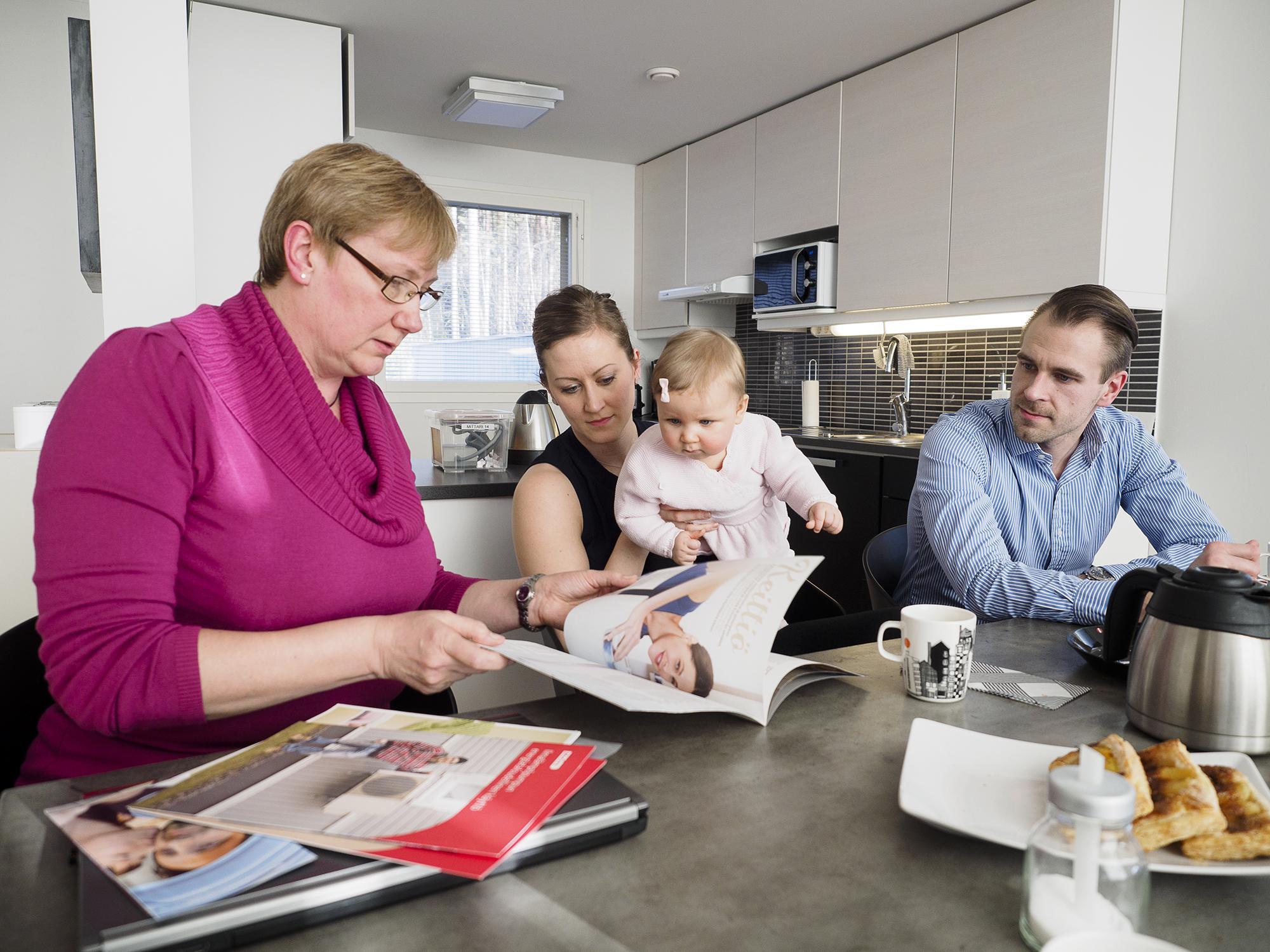 Energianeuvoja Päivi Rae sekä Saara ja Sami Parikka tyttärensä kanssa.
