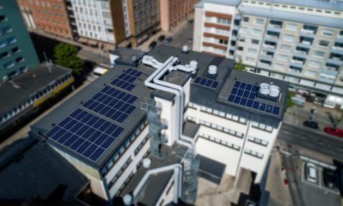 LähiTapiolan katolla aurinkopaneeleja.