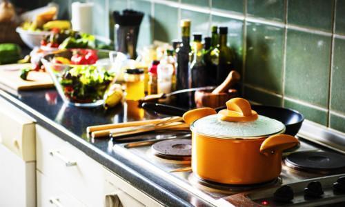 Ruuanlaittoa keittiössä.