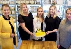 Turun Yrittäjien Anne Aholainen, Bake ´n Caken yrittäjät Vilma Laihonen, Maria Markkanen ja Miida Varjonen sekä Turku Energian Laura Vihavainen leipomossa.
